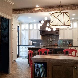 シカゴの大きいエクレクティックスタイルのおしゃれなキッチン (アンダーカウンターシンク、シェーカースタイル扉のキャビネット、白いキャビネット、クオーツストーンカウンター、グレーのキッチンパネル、ガラスタイルのキッチンパネル、パネルと同色の調理設備、磁器タイルの床) の写真