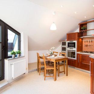 他の地域の小さいトラディショナルスタイルのおしゃれなキッチン (シングルシンク、落し込みパネル扉のキャビネット、中間色木目調キャビネット、ラミネートカウンター、オレンジのキッチンパネル、モザイクタイルのキッチンパネル、シルバーの調理設備、リノリウムの床、アイランドなし) の写真