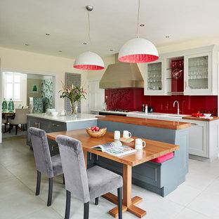 Klassische Wohnküche mit Unterbauwaschbecken, Glasfronten, Küchenrückwand in Rot, Glasrückwand und Kücheninsel in London