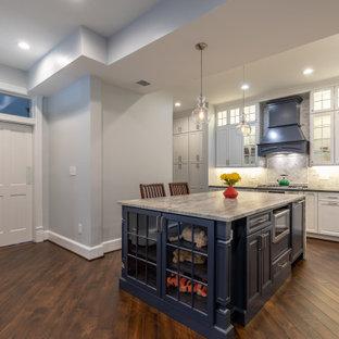 Ejemplo de cocina comedor contemporánea, pequeña, con puertas de armario blancas, encimera de cuarcita, salpicadero verde, electrodomésticos de acero inoxidable, suelo de madera en tonos medios, península, suelo marrón y encimeras multicolor