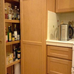 Große Klassische Küche mit Schrankfronten im Shaker-Stil, hellen Holzschränken, Arbeitsplatte aus Fliesen, Küchenrückwand in Weiß und Küchengeräten aus Edelstahl in San Francisco