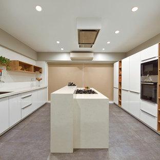 Foto på ett mellanstort funkis beige parallellkök, med släta luckor, vita skåp, bänkskiva i kvarts, vitt stänkskydd, stänkskydd i keramik, rostfria vitvaror, en köksö och grått golv