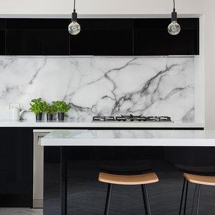 クライストチャーチの中サイズのモダンスタイルのおしゃれなキッチン (ダブルシンク、フラットパネル扉のキャビネット、黒いキャビネット、白いキッチンパネル、大理石の床、シルバーの調理設備の、クッションフロア、グレーの床、白いキッチンカウンター) の写真