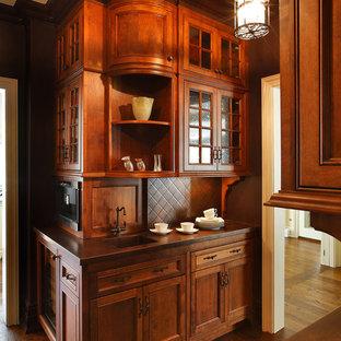 Klassische Küche mit Kassettenfronten, dunklen Holzschränken, integriertem Waschbecken und Kupfer-Arbeitsplatte in New York