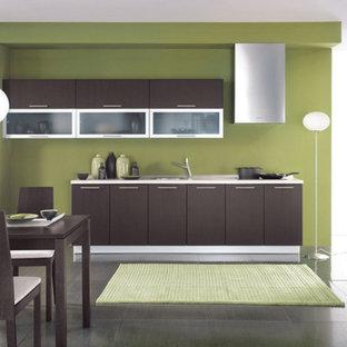 Foto di una cucina moderna di medie dimensioni con lavello da incasso, ante lisce, ante in legno bruno, top in quarzo composito, paraspruzzi verde, pavimento in gres porcellanato, nessuna isola e pavimento nero