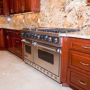 Geräumige Klassische Wohnküche mit Unterbauwaschbecken, profilierten Schrankfronten, dunklen Holzschränken, Granit-Arbeitsplatte, bunter Rückwand, Küchengeräten aus Edelstahl, Marmorboden, Kücheninsel und Rückwand aus Stein in Washington, D.C.