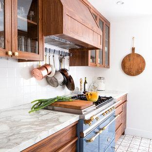 Zweizeilige Klassische Küche mit Landhausspüle, flächenbündigen Schrankfronten, dunklen Holzschränken, Marmor-Arbeitsplatte, Küchenrückwand in Weiß, Rückwand aus Keramikfliesen, bunten Elektrogeräten und Terrakottaboden in Seattle