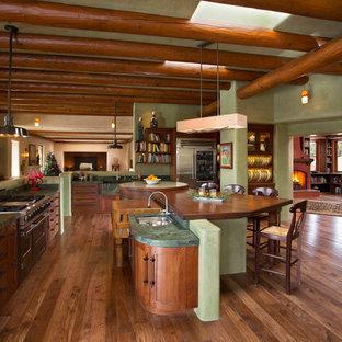 他の地域のサンタフェスタイルのおしゃれなキッチンの写真
