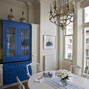 Klassische Wohnküche mit blauen Schränken in London