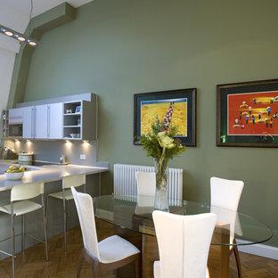 Exemple d'une cuisine américaine tendance avec un placard à porte plane et des portes de placard blanches.