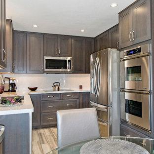 Idéer för ett litet modernt kök, med en undermonterad diskho, luckor med infälld panel, skåp i mörkt trä, bänkskiva i kvarts, vitt stänkskydd, stänkskydd i sten, rostfria vitvaror och klinkergolv i porslin