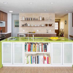 ミネアポリスの大きいミッドセンチュリースタイルのおしゃれなアイランドキッチン (ダブルシンク、フラットパネル扉のキャビネット、濃色木目調キャビネット、赤いキッチンパネル、緑のキッチンカウンター) の写真