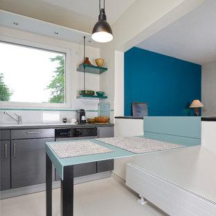 Idées déco pour une cuisine américaine contemporaine avec un placard à porte plane, une façade en inox, un plan de travail en inox, une crédence blanche, une crédence en carreau de céramique, un électroménager en acier inoxydable, un sol blanc et un plan de travail gris.
