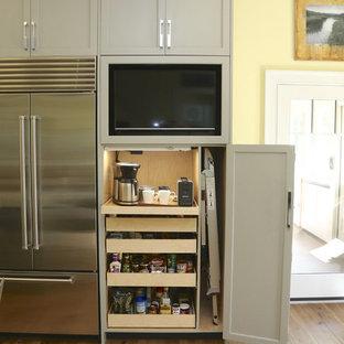 フィラデルフィアの中くらいのトランジショナルスタイルのおしゃれなキッチン (アンダーカウンターシンク、落し込みパネル扉のキャビネット、緑のキャビネット、御影石カウンター、白いキッチンパネル、大理石のキッチンパネル、シルバーの調理設備、淡色無垢フローリング、茶色い床、緑のキッチンカウンター) の写真