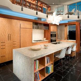 Diseño de cocina en L, actual, grande, abierta, con fregadero bajoencimera, armarios con paneles lisos, puertas de armario de madera clara, encimera de terrazo, salpicadero blanco, electrodomésticos de acero inoxidable, suelo de baldosas de porcelana y una isla