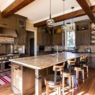 シャーロットの巨大なラスティックスタイルのおしゃれなキッチン (エプロンフロントシンク、大理石カウンター、セラミックタイルのキッチンパネル、シルバーの調理設備の、無垢フローリング、マルチカラーのキッチンカウンター、シェーカースタイル扉のキャビネット、濃色木目調キャビネット、茶色いキッチンパネル、茶色い床) の写真