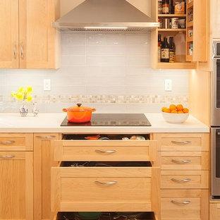 Inspiration för avskilda, stora klassiska vitt l-kök, med en undermonterad diskho, skåp i shakerstil, skåp i ljust trä, bänkskiva i kvarts, blått stänkskydd, stänkskydd i keramik, rostfria vitvaror, klinkergolv i porslin och blått golv
