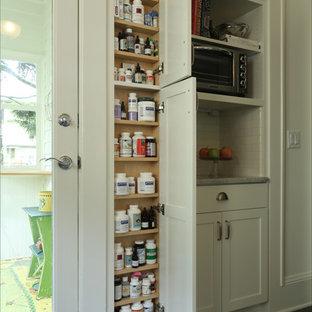 Mittelgroße Klassische Küche mit Unterbauwaschbecken, Schrankfronten mit vertiefter Füllung, weißen Schränken, Granit-Arbeitsplatte, Küchenrückwand in Weiß, Rückwand aus Porzellanfliesen und Küchengeräten aus Edelstahl in Portland