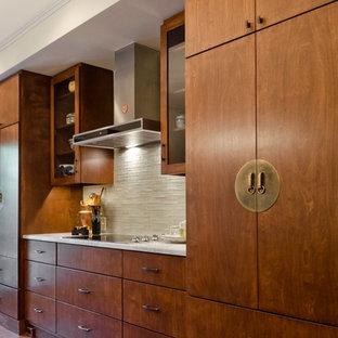 オースティンの中サイズのアジアンスタイルのおしゃれなキッチン (アンダーカウンターシンク、中間色木目調キャビネット、珪岩カウンター、グレーのキッチンパネル、ガラスタイルのキッチンパネル、無垢フローリング) の写真