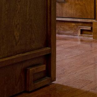 オースティンの中くらいのアジアンスタイルのおしゃれなキッチン (アンダーカウンターシンク、中間色木目調キャビネット、珪岩カウンター、グレーのキッチンパネル、ガラスタイルのキッチンパネル、無垢フローリング) の写真