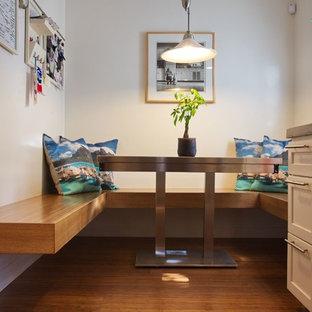 Idee per una piccola cucina abitabile minimal con ante con riquadro incassato, top in cemento, pavimento in bambù, pavimento marrone e top grigio