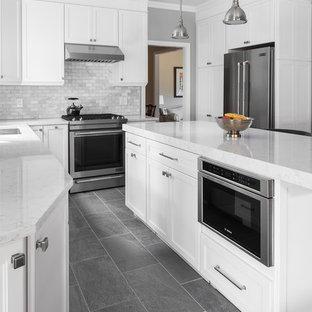 Idéer för att renovera ett stort vintage kök, med en undermonterad diskho, skåp i shakerstil, vita skåp, bänkskiva i kvartsit, vitt stänkskydd, stänkskydd i marmor, rostfria vitvaror, skiffergolv, en köksö och grått golv