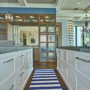 マイアミの巨大なトランジショナルスタイルのおしゃれなキッチン (ドロップインシンク、シェーカースタイル扉のキャビネット、白いキャビネット、珪岩カウンター、白いキッチンパネル、石スラブのキッチンパネル、シルバーの調理設備、無垢フローリング) の写真