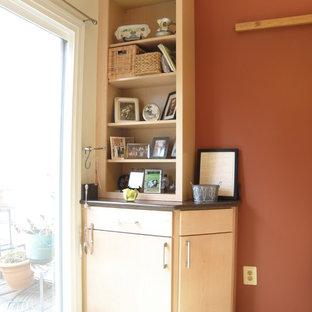ワシントンD.C.の広いモダンスタイルのおしゃれなキッチン (アンダーカウンターシンク、フラットパネル扉のキャビネット、淡色木目調キャビネット、人工大理石カウンター、黒い調理設備、淡色無垢フローリング、アイランドなし) の写真