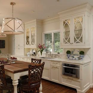 ワシントンD.C.の中くらいのトラディショナルスタイルのおしゃれなキッチン (大理石カウンター、石スラブのキッチンパネル、無垢フローリング、インセット扉のキャビネット、白いキャビネット、白いキッチンパネル、シルバーの調理設備、アンダーカウンターシンク) の写真