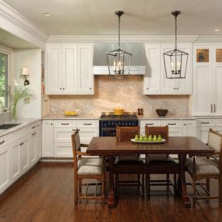 ワシントンD.C.の中サイズのトランジショナルスタイルのおしゃれなキッチン (シェーカースタイル扉のキャビネット、石スラブのキッチンパネル、パネルと同色の調理設備、無垢フローリング、アイランドなし、白いキャビネット、マルチカラーのキッチンパネル、アンダーカウンターシンク、亜鉛製カウンター) の写真