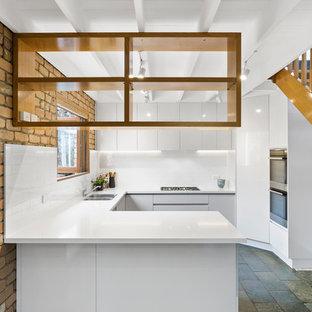 Moderne Küche in U-Form mit Unterbauwaschbecken, flächenbündigen Schrankfronten, weißen Schränken, Küchenrückwand in Weiß, Rückwand aus Metrofliesen, Halbinsel, blauem Boden und weißer Arbeitsplatte in Melbourne
