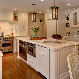 Новый формат декора квартиры: п-образная кухня в стиле шебби-шик с фасадами с утопленной филенкой, техникой под мебельный фасад, фартуком из плитки кабанчик, раковиной в стиле кантри, белыми фасадами, мраморной столешницей и белым фартуком
