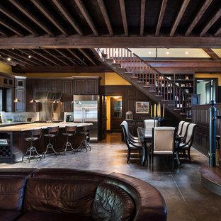フィラデルフィアのカントリー風おしゃれなキッチン (エプロンフロントシンク、レイズドパネル扉のキャビネット、濃色木目調キャビネット、メタリックのキッチンパネル、メタルタイルのキッチンパネル、シルバーの調理設備) の写真