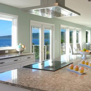 Esempio di una grande cucina stile marinaro con lavello sottopiano, ante con bugna sagomata, ante bianche, top in quarzite, paraspruzzi verde, elettrodomestici in acciaio inossidabile, parquet chiaro e isola