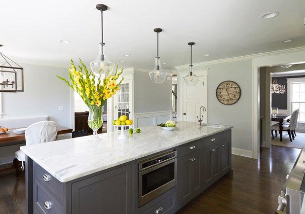 Современная классика Кухня by The Kitchen Studio of Glen Ellyn