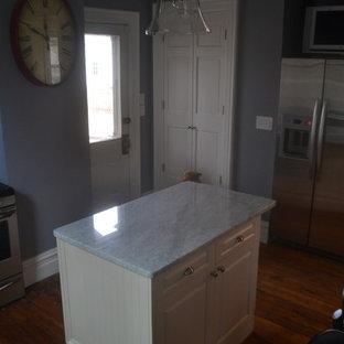 ナッシュビルの小さいヴィクトリアン調のおしゃれなアイランドキッチン (アンダーカウンターシンク、レイズドパネル扉のキャビネット、白いキャビネット、大理石カウンター、シルバーの調理設備の) の写真
