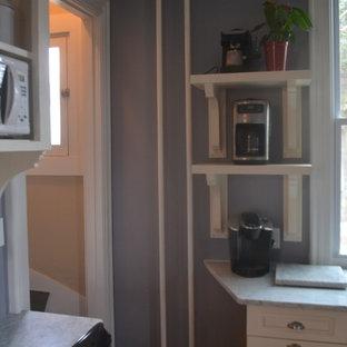 ナッシュビルの小さいヴィクトリアン調のおしゃれなキッチン (アンダーカウンターシンク、レイズドパネル扉のキャビネット、白いキャビネット、大理石カウンター) の写真