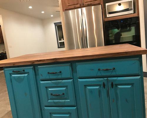 cuisine romantique avec des portes de placard en bois brun photos et id es d co de cuisines. Black Bedroom Furniture Sets. Home Design Ideas