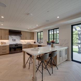 ロサンゼルスの広いカントリー風おしゃれなキッチン (シングルシンク、シェーカースタイル扉のキャビネット、グレーのキャビネット、大理石カウンター、白いキッチンパネル、石スラブのキッチンパネル、黒い調理設備、淡色無垢フローリング、ベージュの床、白いキッチンカウンター、塗装板張りの天井) の写真