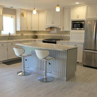 他の地域の中サイズのトランジショナルスタイルのおしゃれなキッチン (アンダーカウンターシンク、フラットパネル扉のキャビネット、白いキャビネット、クオーツストーンカウンター、グレーのキッチンパネル、サブウェイタイルのキッチンパネル、シルバーの調理設備の、クッションフロア、グレーの床、マルチカラーのキッチンカウンター) の写真