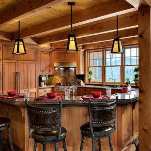 バーリントンの大きいラスティックスタイルのおしゃれなキッチン (シェーカースタイル扉のキャビネット、中間色木目調キャビネット、石スラブのキッチンパネル、パネルと同色の調理設備) の写真