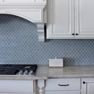 Inspiration för avskilda, mellanstora klassiska beige l-kök, med en undermonterad diskho, luckor med upphöjd panel, vita skåp, bänkskiva i kvartsit, grått stänkskydd, stänkskydd i mosaik, rostfria vitvaror, mörkt trägolv, flera köksöar och brunt golv