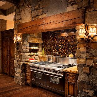 Foto på ett rustikt beige kök, med flerfärgad stänkskydd, stänkskydd i mosaik, rostfria vitvaror och mellanmörkt trägolv