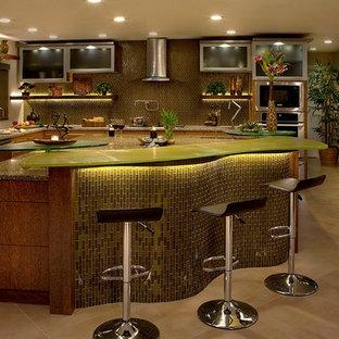 Ispirazione per una cucina bohémian con ante di vetro, top in vetro riciclato, paraspruzzi verde e elettrodomestici in acciaio inossidabile