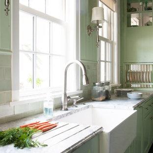 ワシントンD.C.の中くらいのカントリー風おしゃれなキッチン (エプロンフロントシンク、シェーカースタイル扉のキャビネット、緑のキャビネット、大理石カウンター、緑のキッチンパネル、セラミックタイルのキッチンパネル) の写真