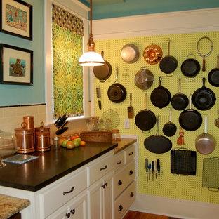 Выдающиеся фото от архитекторов и дизайнеров интерьера: кухня в классическом стиле с фартуком из плитки кабанчик и столешницей из гранита