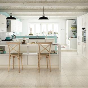 ボイシのトランジショナルスタイルのおしゃれなキッチン (白いキャビネット、ドロップインシンク、シェーカースタイル扉のキャビネット、クオーツストーンカウンター、白いキッチンパネル、サブウェイタイルのキッチンパネル、シルバーの調理設備、磁器タイルの床) の写真