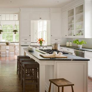 Foto di una cucina ad U tradizionale con lavello sottopiano, ante con riquadro incassato, ante bianche e elettrodomestici in acciaio inossidabile