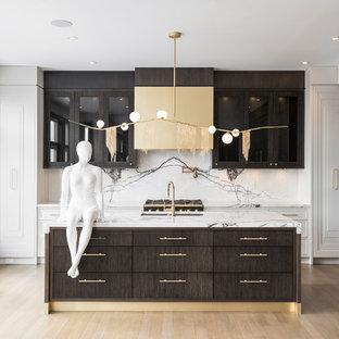 トロントの大きいシャビーシック調のおしゃれなキッチン (アンダーカウンターシンク、レイズドパネル扉のキャビネット、濃色木目調キャビネット、大理石カウンター、マルチカラーのキッチンパネル、大理石の床、パネルと同色の調理設備、無垢フローリング) の写真