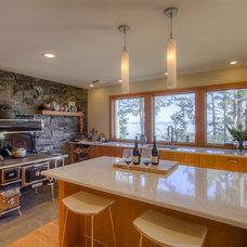 Rustic Kitchen by Kettle River Timberworks Ltd.